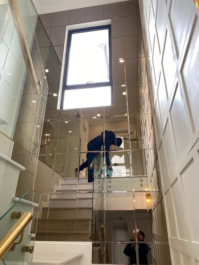 Gương kính thủy trang trí cầu thang